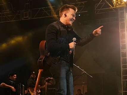 Em noite fria, Michel Teló abre Festival de Bonito e empolga com show bem raiz