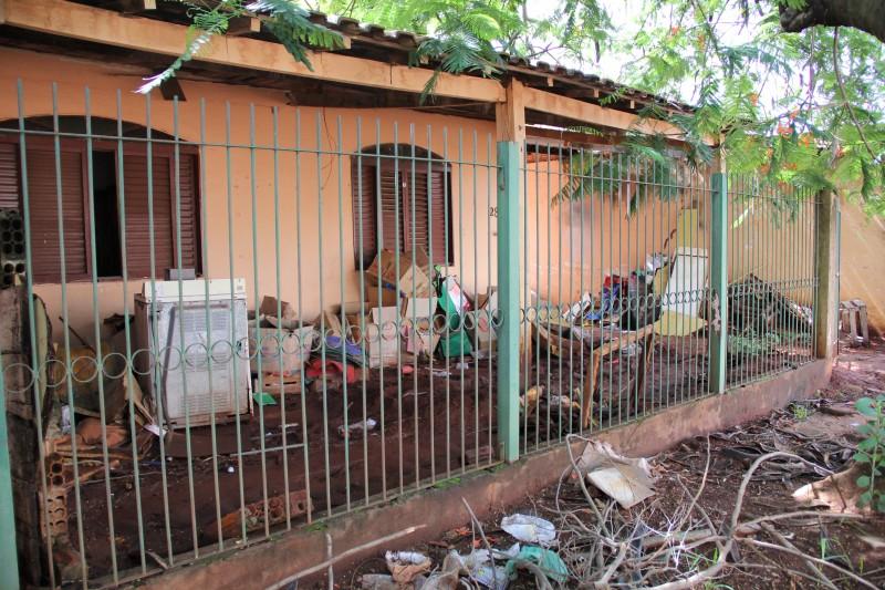 A casa sempre foi motivo de reclamação devido a sujeira, conforme os vizinhos. (Foto: Marcos Ermínio)
