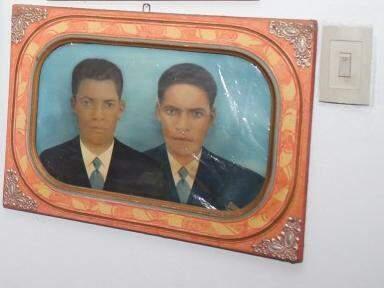 Na parede os irmãos Pedro e Amaro, o único retrato da família que ficou para trás (Foto: Paulo Francis)