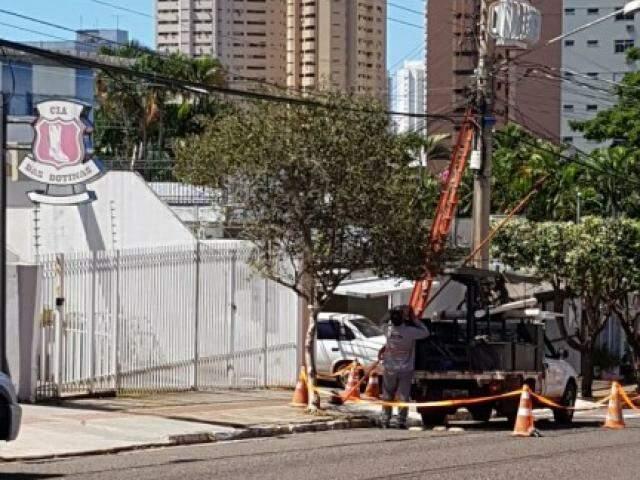 A concessionária de energia está fazendo manutenção na rede elétrica na área central. (Foto:Direto das Ruas)