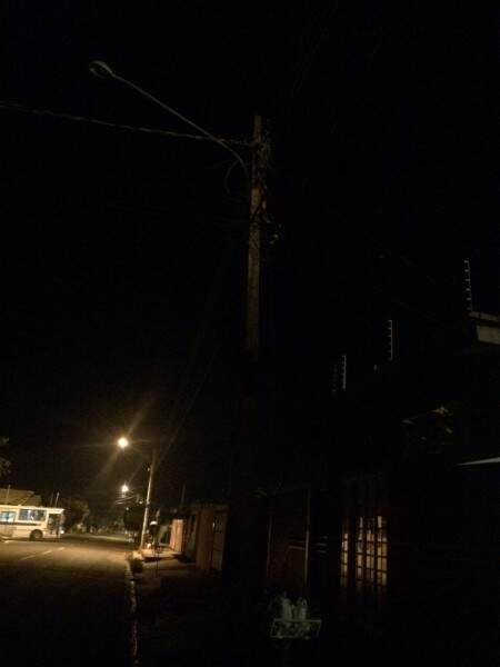 Duas lâmpadas de poste, na altura do número mil da rua Xavantes, queimaram há quase três meses e, apesar das constantes reclamações, até agora a concessionária não efetuou as substituições. (Foto: Direto das Ruas)