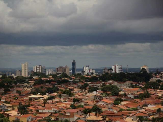 Em Campo Grande, céu está nublado e encoberto por nuvens nesta sexta-feira (30) (Foto: Marcos Ermínio)