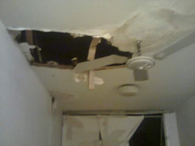 A assessoria do hospital afirma que o buraco na estrutura de gesso foi aberto pela equipe de manutenção.
