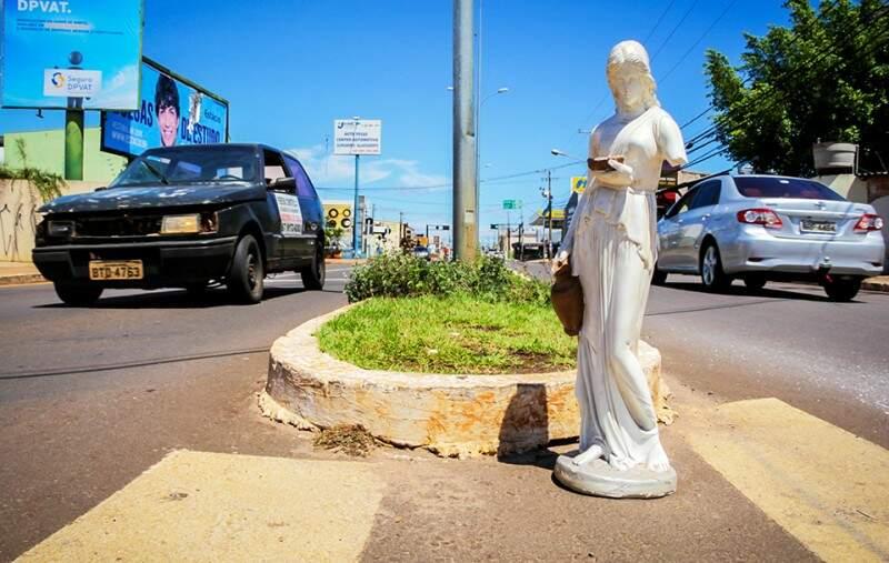 Caiu da mudança? - Estátua espera passagem para atravessar ou quem a deixou cair voltar para buscar. (Foto: Marcos Ermínio)