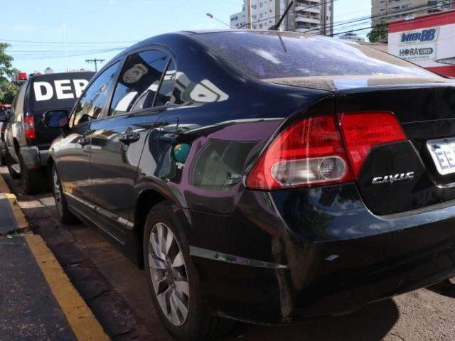 Carro do engenheiro foi encaminhado ao Detran. (Foto: Henrique Kawaminami)