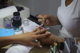 Serviço design de unhas em gel é um dos mais procurados atualmente. (Foto: Paulo Francis)
