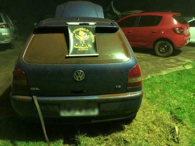 Durante as buscas foram localizados dois veículos abandonados, o VW Gol e o Renault Sandero. (Foto: DOF/Divulgação)