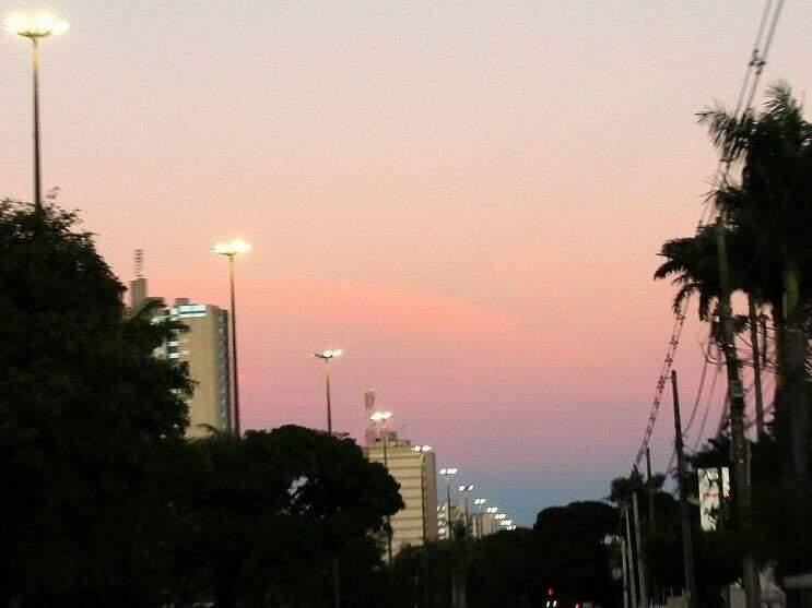 Tempo amanheceu com céu aberto na capital sul-mato-grossense (Foto: Saul Schramm)