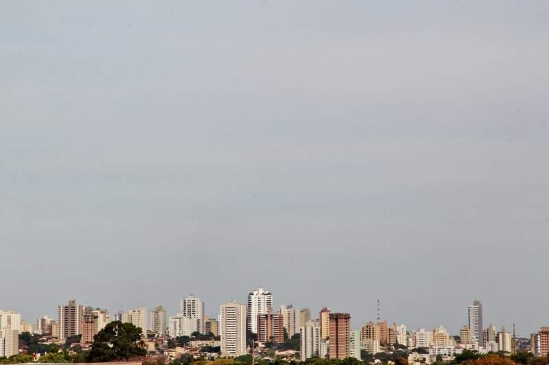 Domingo amanheceu na Capital parcialmente nublado (Foto: Marcos Ermínio)
