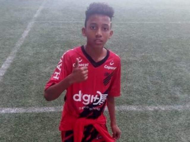 Lucas com a camisa do Athletico Paranaense, em Curitiba, em semana de testes (Foto: Arquivo pessoal)