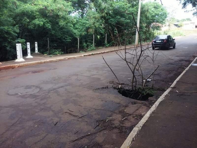 Buraco prejudica o fluxo de veículos no local. (Foto: Direto das Ruas)