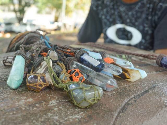 O artesão faz cordão com pedras trazidas do sul para vender (Foto: Alana Portela)