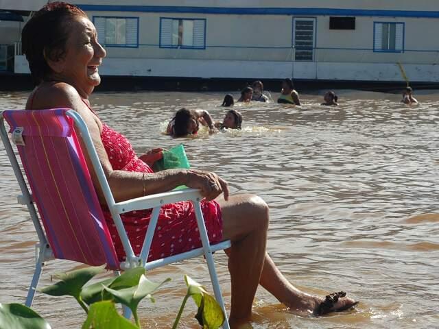 Banhista de 81 anos se refresca no Paraguai.