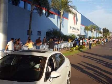 Primeiro dia de Black Friday tem fila quilométrica em frente de shopping