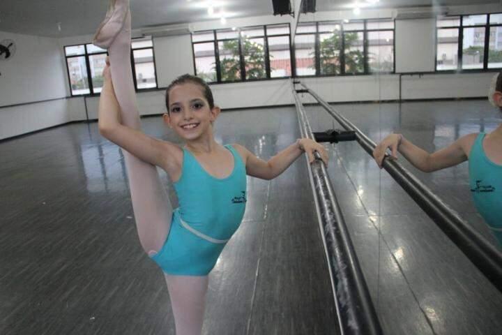 """""""Não conhece nem mi nem fá, mas inclina o corpo para cá e para lá"""". Cecília Bassetto Garcia de Freitas, 9 anos, bailarina sul-mato-grossense selecionada para a Escola de Teatro Bolshoi"""