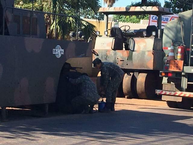 Máquinas do Exército na rua Brilhante. (Foto: Guilherme Henri).