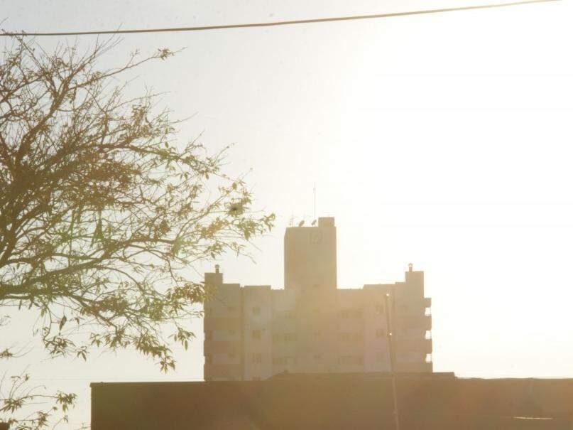 Dia amanheceu claro em Campo Grande e previsão é de pancadas de chuva isoladas no decorrer do dia (Foto: Kísie Ainoã)