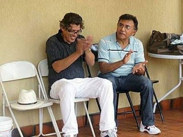 Odilon de Oliveira sentado ao lado de Eduardo Carvalho, assassinado em novembro de 2012 (Foto: Direto das Ruas)