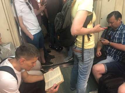 Na Rússia, uso de celulares avança sobre o hábito da leitura de livros