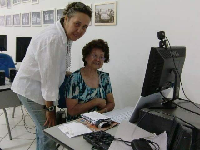 Mônica Carlini ensinado uma das alunas a usar o computador (Foto: Arquivo pessoal)
