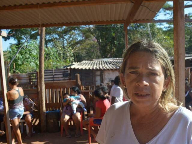 A voluntária Elenir Marinho explica que o projeto atende cerca de 150 crianças de 80 famílias, devidamente cadastradas. (Foto: Danielle Valentim)