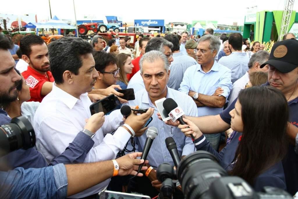 Reinaldo (centro) afirma que foi apresentada planilha para contratação direta. (Foto: Saul Saul Schramm)