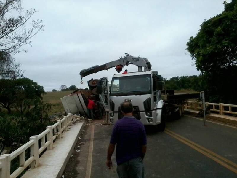 Carreta tombou na divisa com o Mato Grosso e motorista e esposa saíram ilesos do acidente (Foto: Leandro Loio)