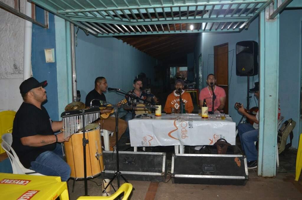 """O grupo de pagode Papo de Samba tocando no """"Vitor Lanche"""" (Foto: Alana Portela)"""