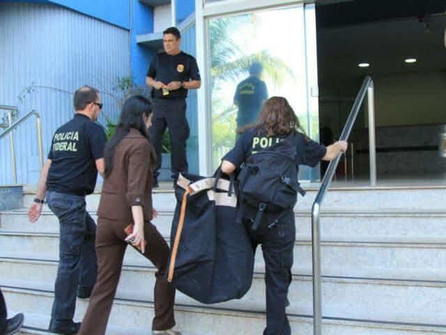 Policiais federais chegam na Superintendência com documentos recolhidos (Foto: Marina Pacheco)