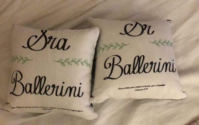 Travesseiros personalizados com os nomes dos noivos para a lua de mel (Foto: Direto das Ruas)