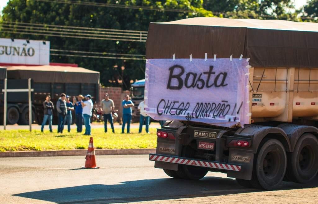 Faixa colada em caminhão parado durante greve na BR-060 em Campo Grande (Foto: Ricardo Fernandes)