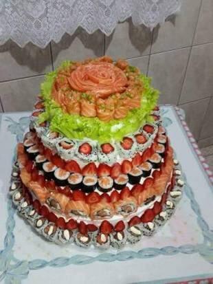 Bolo de sushi leva 150 peças e custa R$ 350,00. (Foto: Arquivo Pessoal)