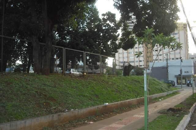 Fundo do estacionamento do Centro de Atendimento ao Cidadão.