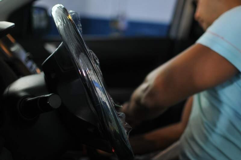 Plástico também é usado no interior do veículo para não sujar. (Foto: Alcides Neto)
