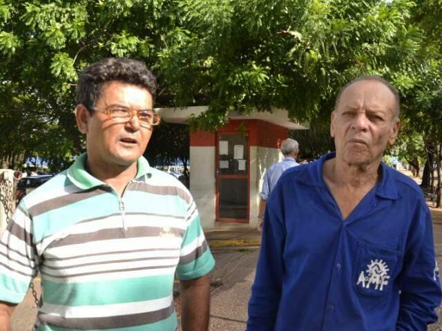 Valdemar Miguel de Melo, primo e o colega de trabalho Antônio Pereira Oliveira do jovem morto em acidente estão em choque. (Foto: Simão Nogueira)