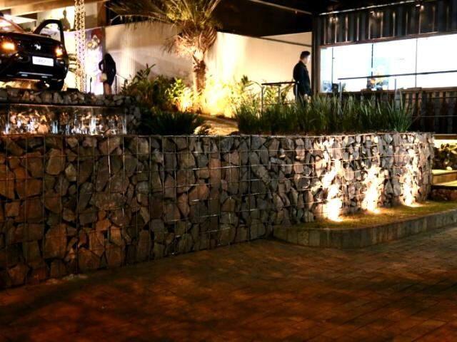 Na fachada da Casa Cor, gabião virou muro. (Foto: Alcides Neto)