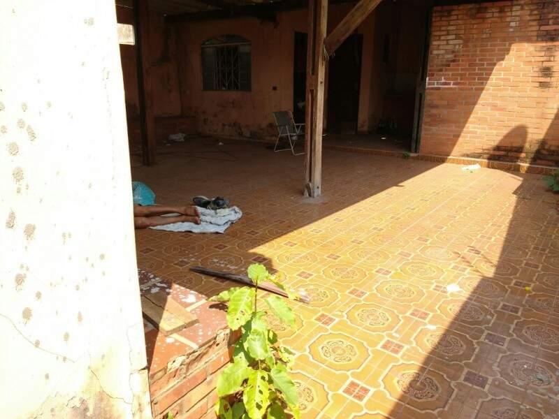 Usuários de droga dormindo na casa abandonada na  rua Ronaldo Monteiro bairro Vila Glória, em Campo Grande.  (Foto: Direto das ruas)
