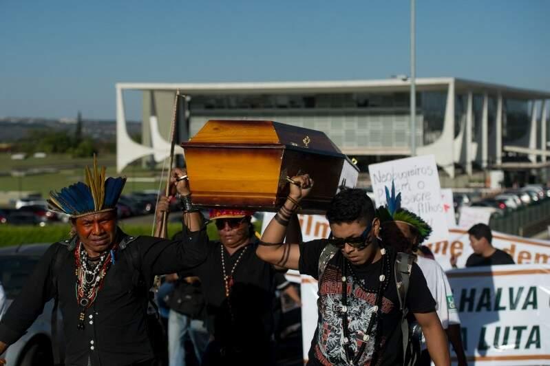 Índios carregaram caixão para simbolizar protesto contra morte ocorrida em Antonio João (Foto: Marcelo Camargo/Agência Brasil)