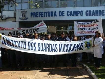 Guardas municipais se juntam a enfermeiros em protesto na Prefeitura