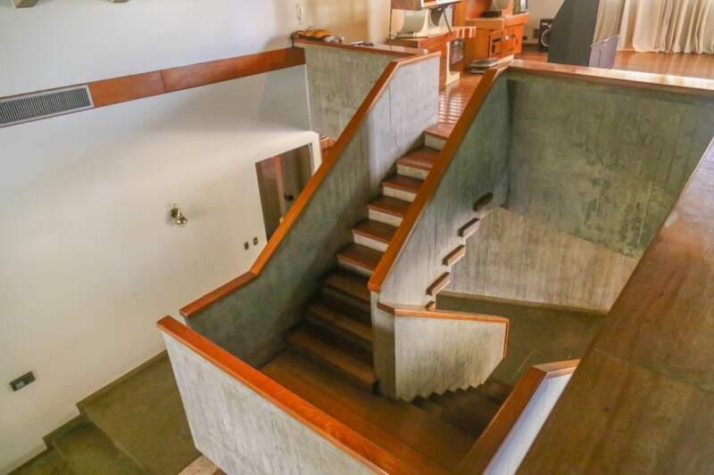 Visão da escada do pavimento superior. (Foto: Fernando Antunes)