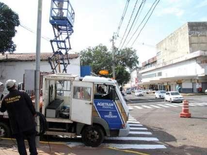 Tráfego maior leva prefeitura a instalar semáforo ao lado da rodoviária velha