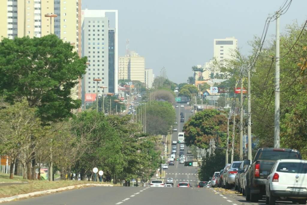 Avenida de Campo Grande sob névoa seca e temperaturas altas. (Foto: André Bittar)