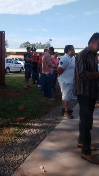 Pessoas aguardavam em pé pelo atendimento. (Foto: Repórter News)