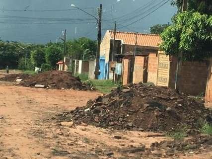 Moradores do Jardim Anache reclamam de acúmulo de entulho na rua