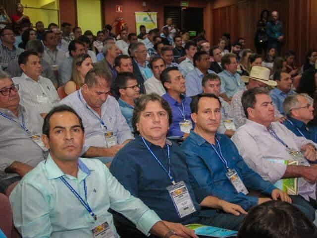 Ao Centro, Pedro Caravina ao lado de outros prefeitos em evento na Famasul (Foto: Edson Ribeiro)