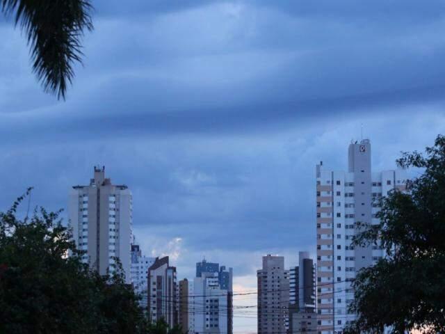 Céu amanheceu um pouco mais nublado que ontem, na Capital (Foto: André Bittar)