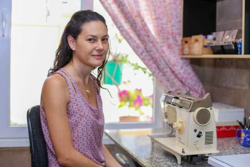 Liana até hoje utiliza a máquina de costura que herdou de uma das avós, para trabalhar. (Foto: Fernando Antunes)