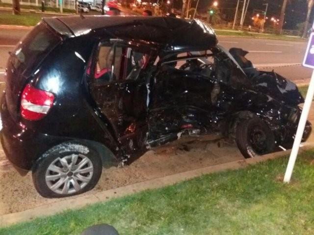 O carro que Carolina conduzia ficou destruído (Foto: Direto das Ruas)