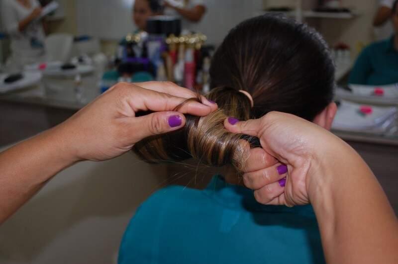"""Depois de """"vestir"""" o cabelo, se deve enrolar até chegar à xuxinha.  (Foto: Simão Nogueira)"""