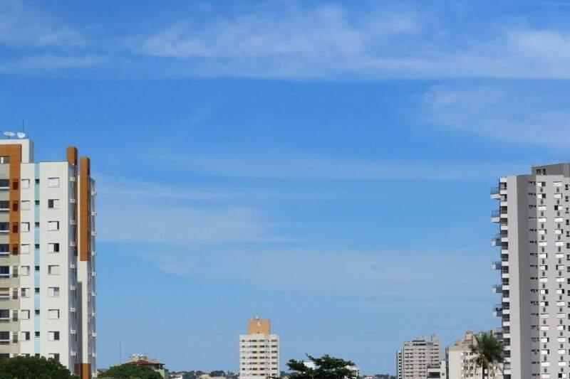Céu claro na manhã desta terça-feira (4) em Campo Grande. (Foto: André Bittar)